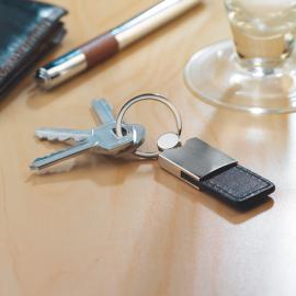 Porta-chaves em metal e PU. Caixa individual preta.