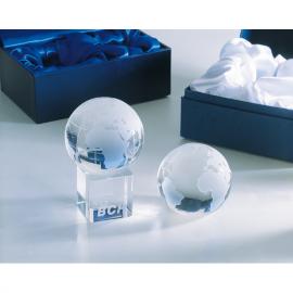 Pisa-papéis globo de cristal. Apresentado em caixa de presente.