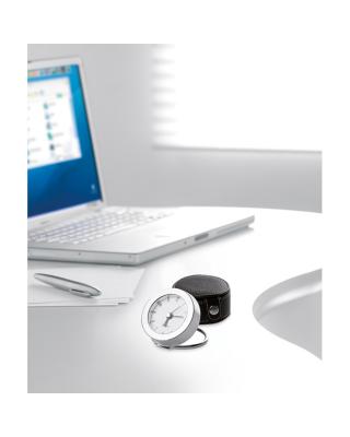 Relógio de viagem em caixa de PU com costuras coloridas. 1 pilha botão incluída.